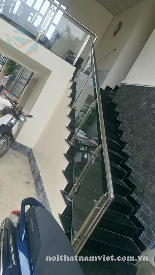 thiết kế và thi công tay cầu thang kính tay vịn inox