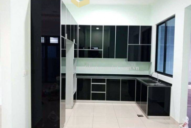 Thiết kế thi công tủ bếp nhôm cánh kính sơn đen hiện đại 0012 – lắp đặt tại Tân Bình