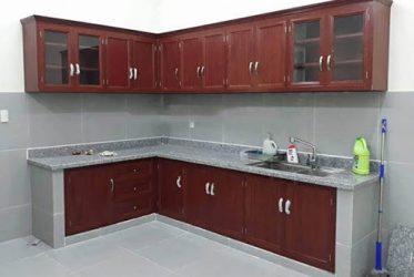 Mẫu tủ bếp nhôm kính giả vân gỗ giá rẻ tại quận Bình Chánh TBNK2025
